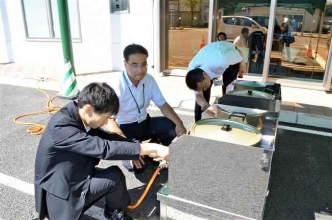 帯広信金札内支店で災害用ガス設備使い湯を提供