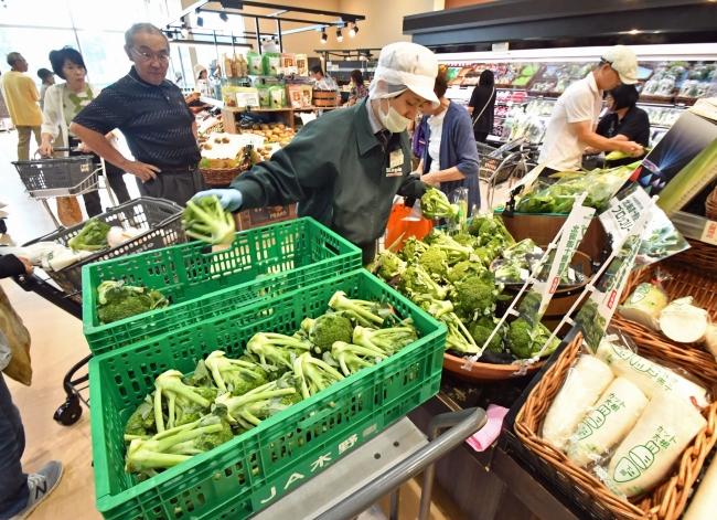 戻る日常「ありがたい」 スーパーや飲食店再開 食料や日用品求め混雑