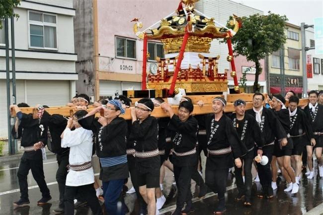 みこし勇壮に 芽室神社で秋季例大祭