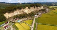 消えた緑、赤茶色の山肌 地震被災の厚真町吉野地区をドローン撮影