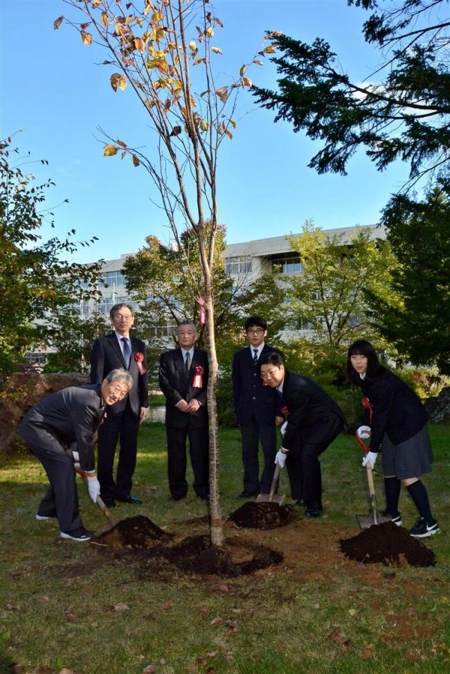 創立100周年記念でエゾヤマザクラ植樹 池田高校