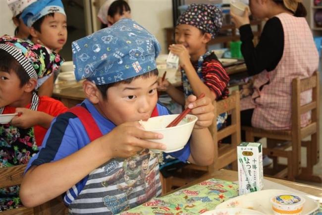 稲田小の児童と食農教育レシピ実食会 十勝地区農協青年部協