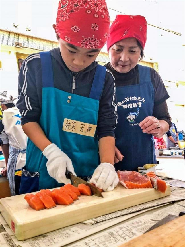 漁協女性部が児童にサケ料理を指導 広尾