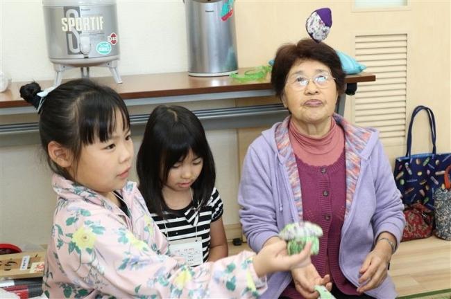 笑顔で子供たちと交流 帯広大和長寿会