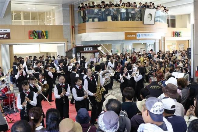 会場を埋め尽くす聴衆、ダンプレ盛り上がる 帯広駅でコンサート