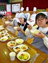 地域食材使った料理プロが指導 愛国小で「哲人に学ぶ食農教育」