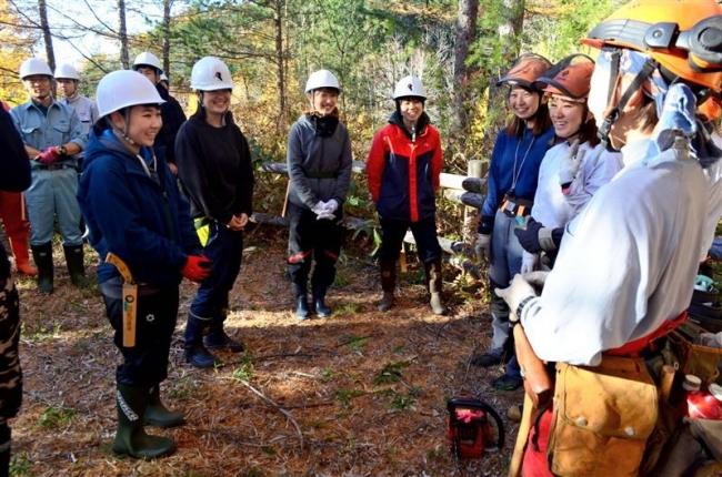 伐採体験、林業女性と意見交換 担い手確保協が魅力体感ツアー