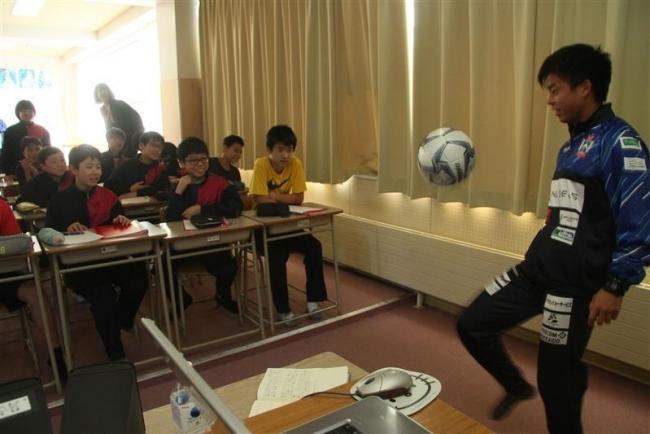 現役サッカー選手らが仕事について教える 幕別札内東中