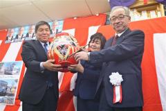 6選を無投票で決め、ダルマにVサインを入れる小林康雄氏(右)。左は篠原末治選対本部長