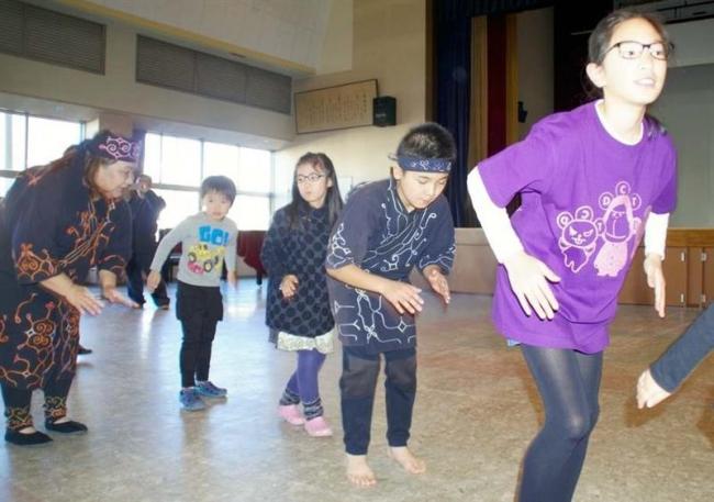 奥深いアイヌの世界 参加者が舞踊に挑戦 浦幌