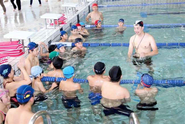北京五輪銅メダリストの宮下さんが水泳指導 鹿追
