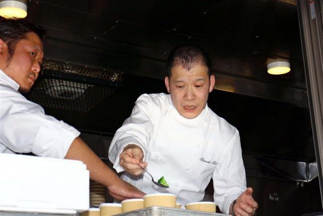 厚真町でミシュラン2つ星シェフの炊き出し 帯広出身の佐藤さん