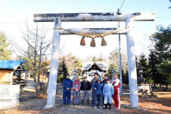 新年前に大しめ縄を張り替え 池田神社