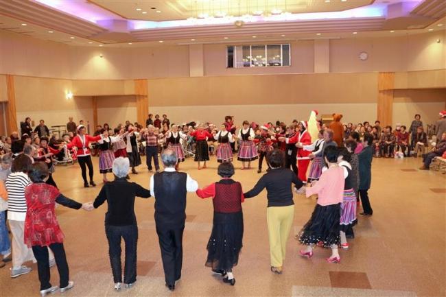 200人が踊り楽しむ 新得で高齢者クリスマスダンスパーティー