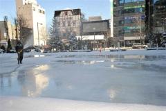 スケートリンク造りが始まったJR帯広駅北側広場(13日午前11時ごろ、金野和彦撮影)