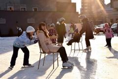 歓声を上げて滑走する子どもたち(金野和彦撮影)