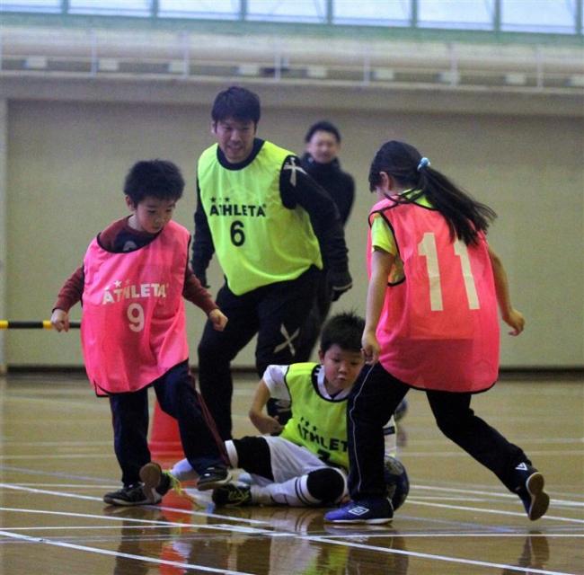 サッカーJ2金沢の清原選手から技術学ぶ、清水町で教室