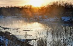 朝日に照らされ幻想的な「川霧」 きょう大寒