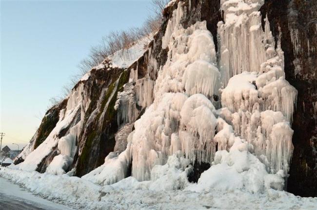 フンベの滝、結氷進む 広尾