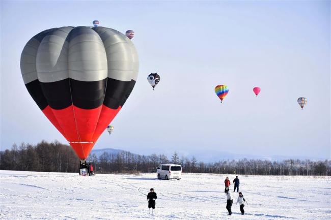 青空に熱気球 上士幌でバルーンミーティング