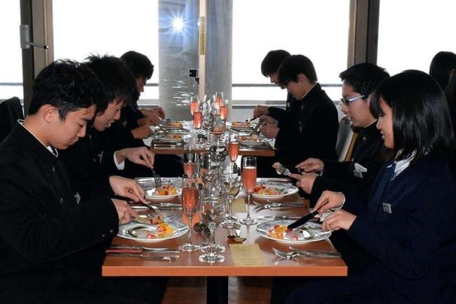 今春卒業の中学生 地場産食材のコース料理堪能 池田