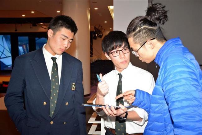 外国人観光客にインタビュー 管内高校生