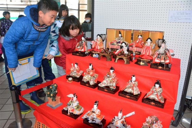 時代ごとのひな人形 百年記念館で展示