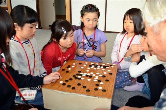 児童ら囲碁に挑戦 浦幌