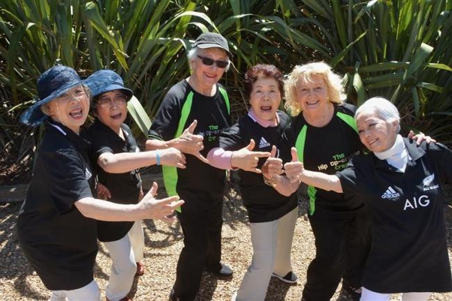 高齢ダンサー 心一つに NZで映画出演者と交流 エイム・ダ・さくら