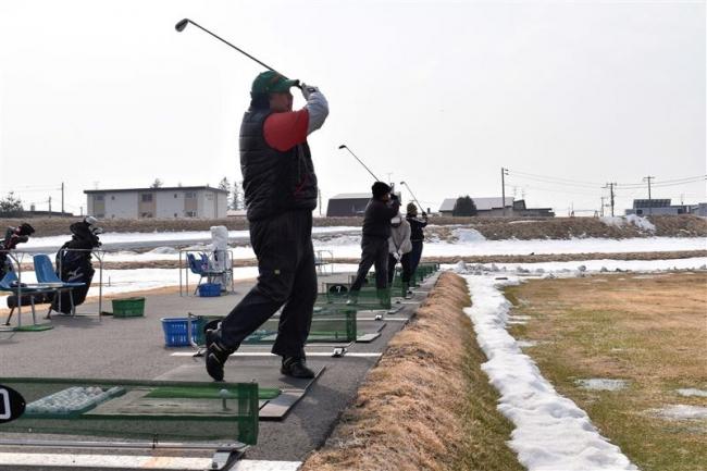 快音響く 札内川ゴルフ練習場がオープン