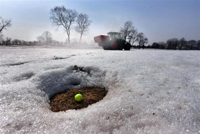 春もうすぐ 札内川ゴルフ場で融雪剤散布