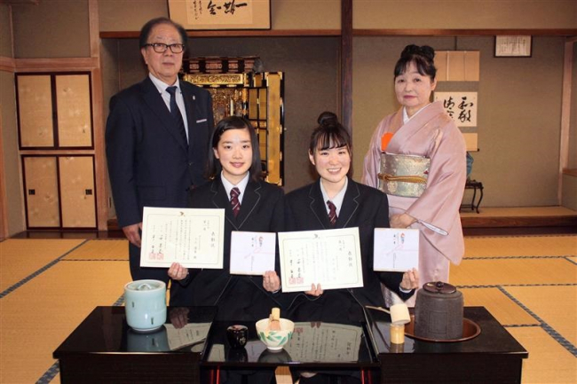 第40回学校茶道エッセイ 帯広大谷高の三上さんと中山さんが第一席