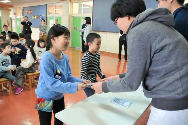 氷のお面がポストカードに 児童へプレゼント