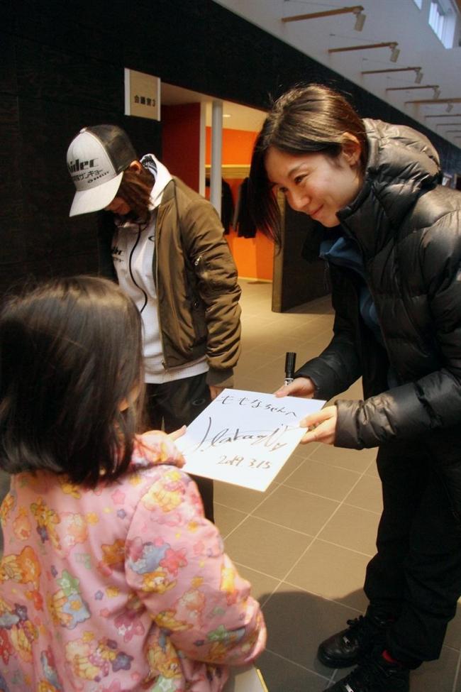高木姉妹 子どもたちにサイン