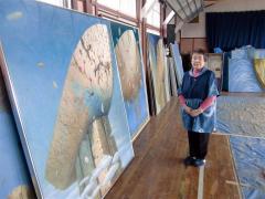 小笠原さんと本間さん、同い年、美術仲間の2人が市民ギャラリーで個展