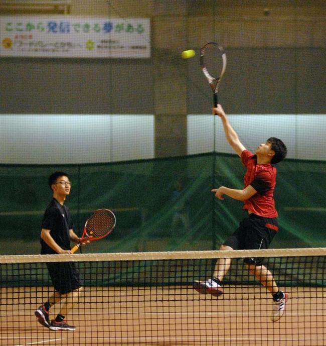 高橋・中西組逆転V 女子は井上・田中組 室内ジュニア複テニス