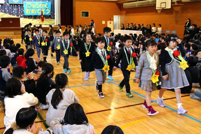 「漢字頑張りたい」新1年生が意欲 管内の小学校で入学式
