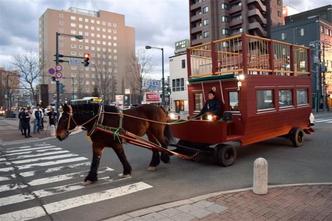 ぱかぱかと夜の街を周遊 「馬車BAR」の馬車がお披露目