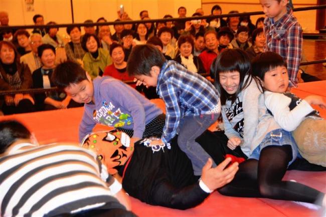 ちびっこたちがレスラーをKO 演歌VSプロレスチャリティー・ショー