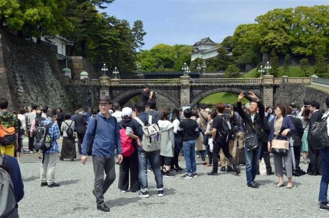 皇居前、多くの人が改元祝う