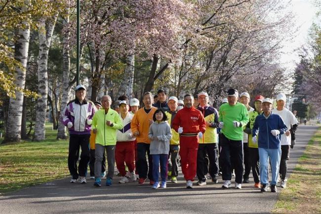 24人が爽やかな走り楽しむ 早朝マラソンスタート