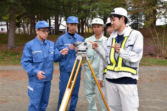 帯農高農業土木工学科の生徒が測量遠足