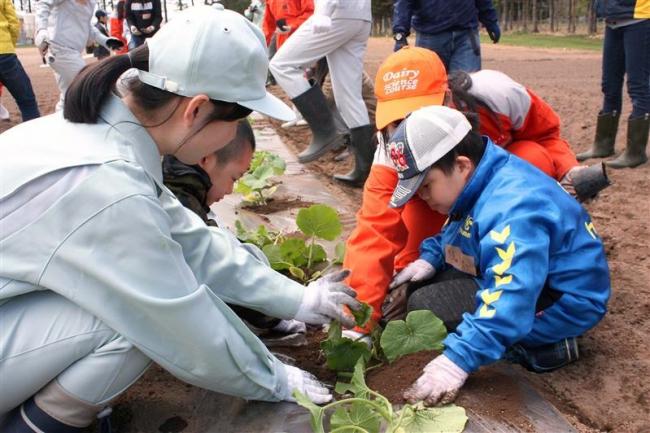 すこやか農園が今年も開園 帯農高生徒と障害児らが仲良く苗植え