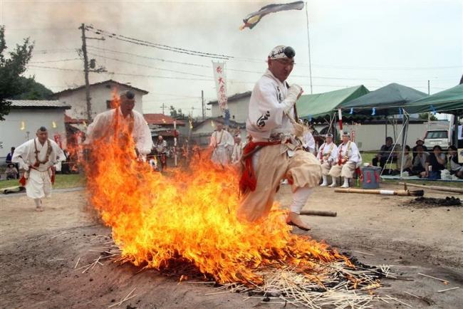 燃え上がる中、次々と 本別赤不動院で「火渡り」