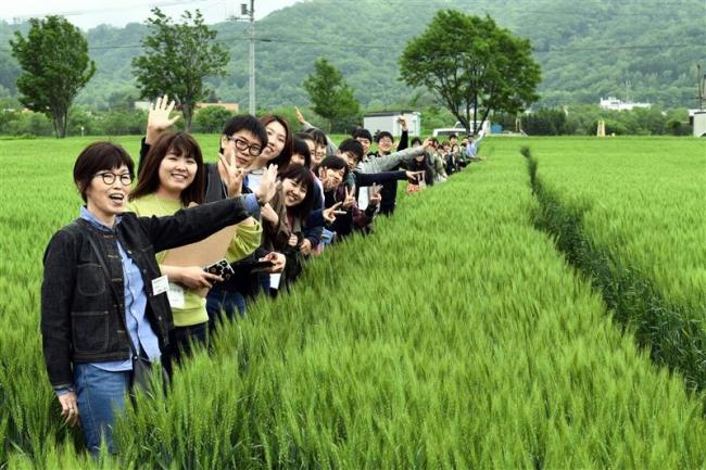 畜大生が小麦の生産、加工現場を見学 同友会が企画