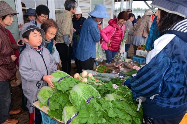 悪天候でも野菜求めにぎわい 帯広・おはよう朝市