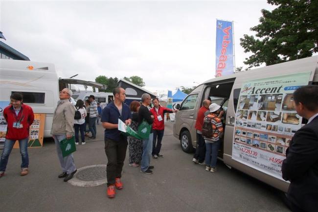 旅を満喫する装備に興味津々 十勝キャンピングカー&アウトドアFES