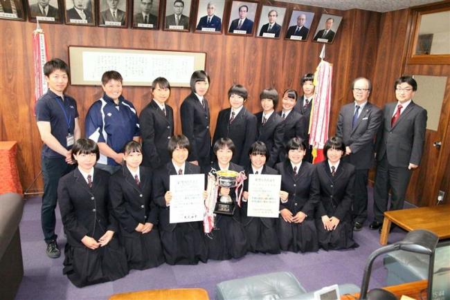 全道高体連ソフトボール38年ぶり制覇の帯大谷、校長に優勝を報告