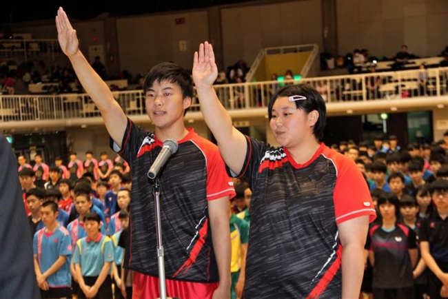 高木、菅井両主将が全力プレーを宣誓、道高体連卓球開会式