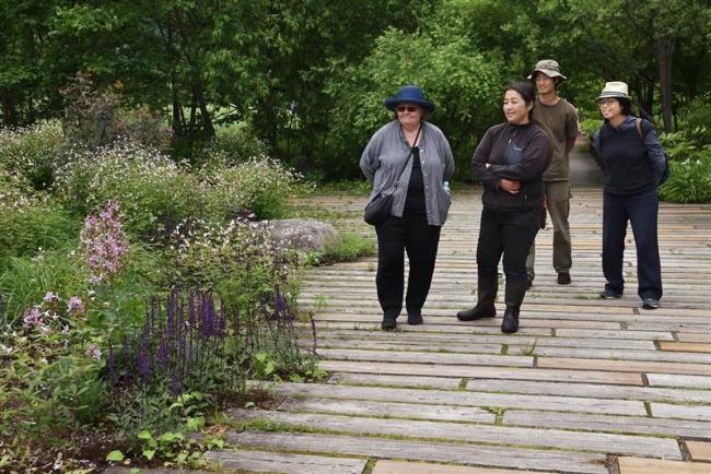 英ガーデンライターのシーガルさんが十勝千年の森来訪